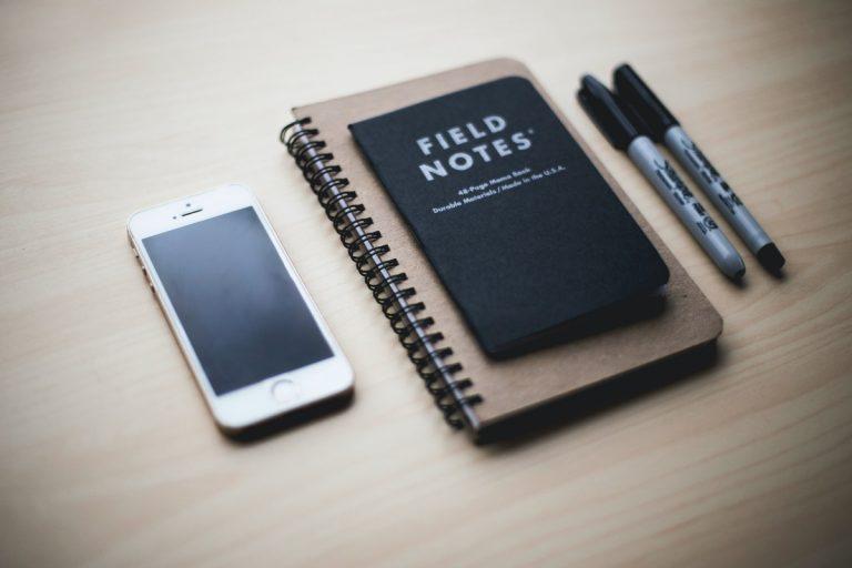 smartphone, carnets sur une table
