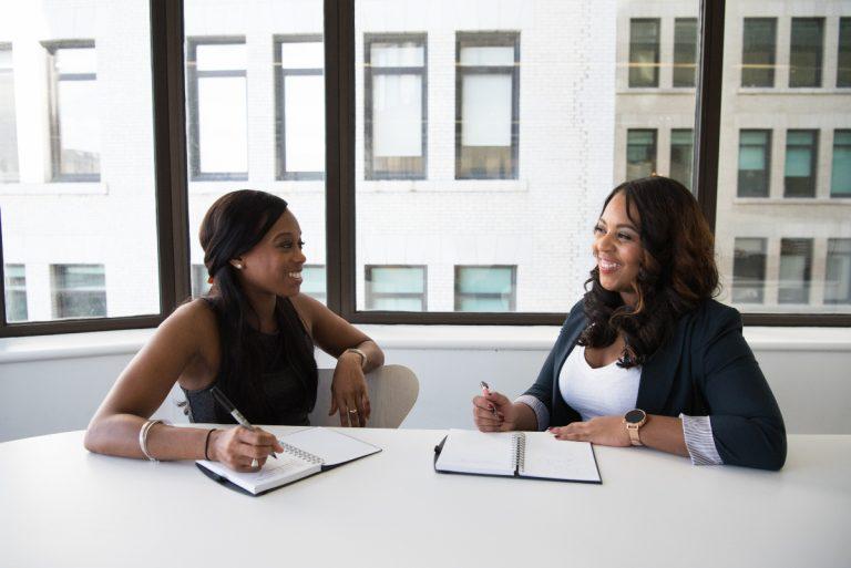 Collaborateurs qui réalisent une interview en entreprise
