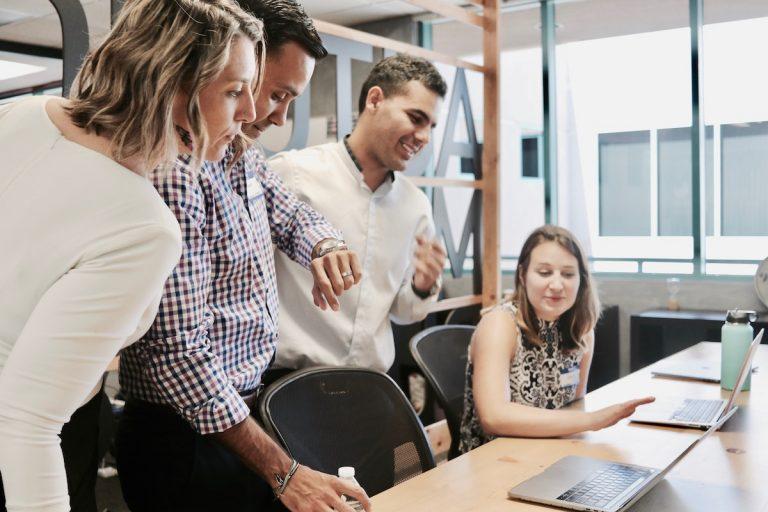 Employés qui regardent un ordinateur