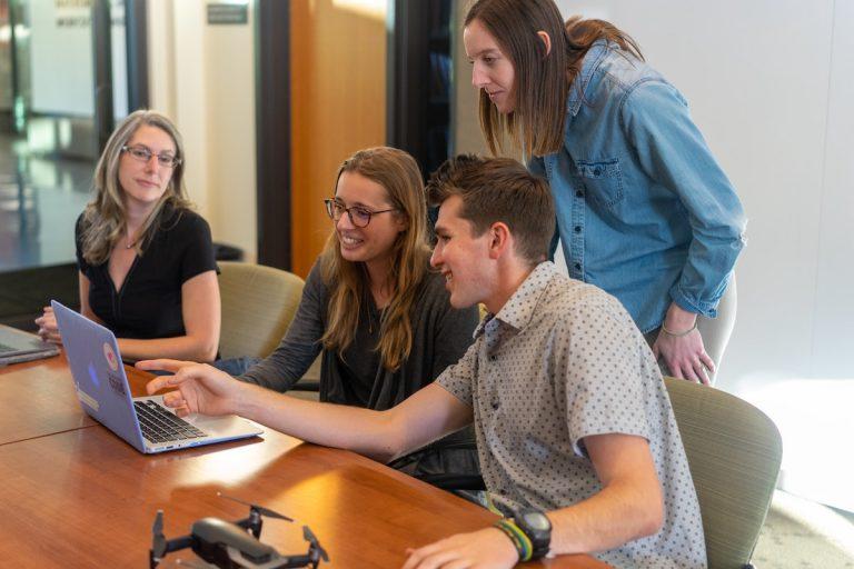 Collaborateurs autour d'un ordinateur