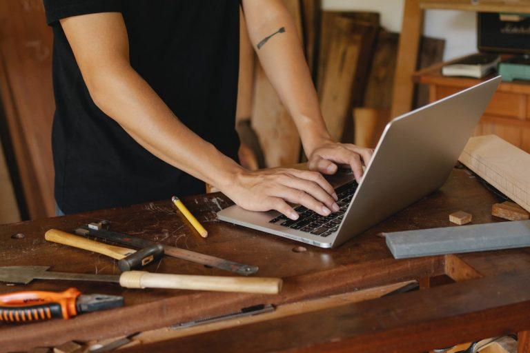 Outils de bricolage avec ordinateur, marteau,
