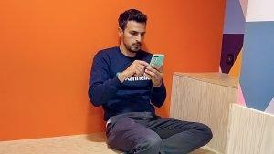 personne qui monte une vidéo sur smartphone