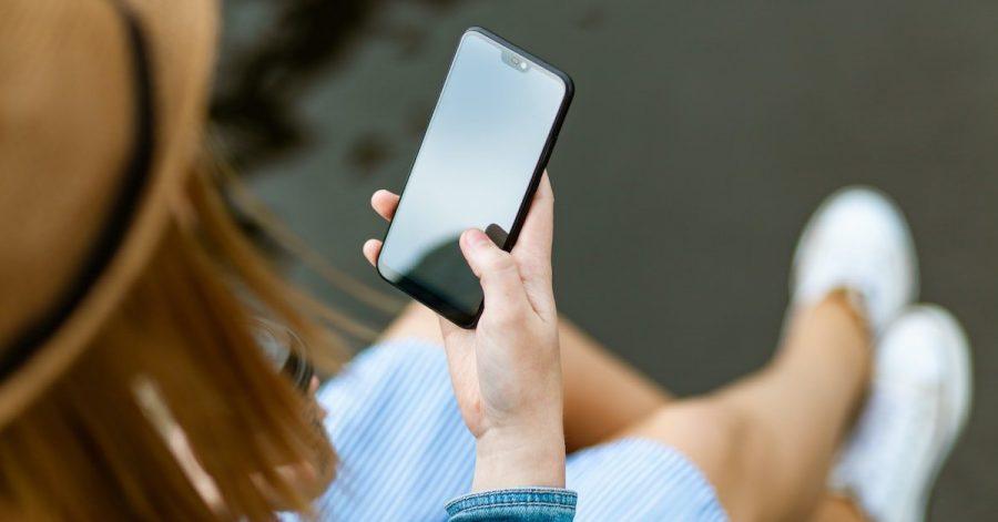 Smartphone que tient une personne